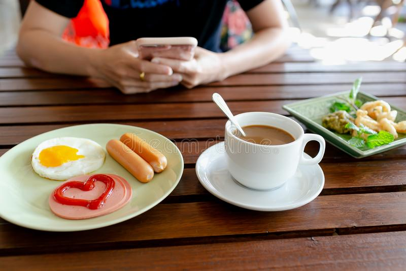 Frukost, ägg, korvar, skinka och svart kaffe arkivfoton