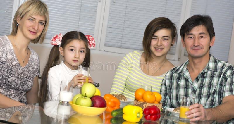 Frukost av den multietniska familjen arkivbild