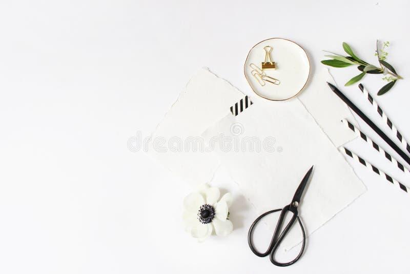 Frukost- eller för födelsedagparti skrivbordsplats Sammansättning med tomt mjölkar exponeringsglaskruset, svartvita dricka papper fotografering för bildbyråer