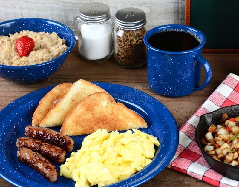Frukost för ägg för landsstil förvanskad royaltyfria foton