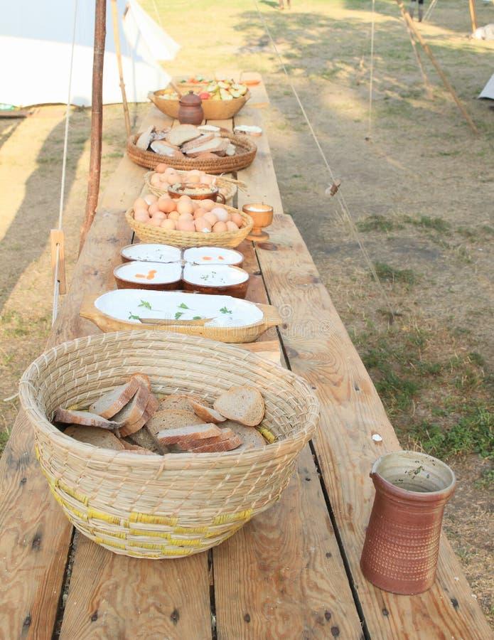 Frukost för historiska soldater på slotten Budyne royaltyfria foton