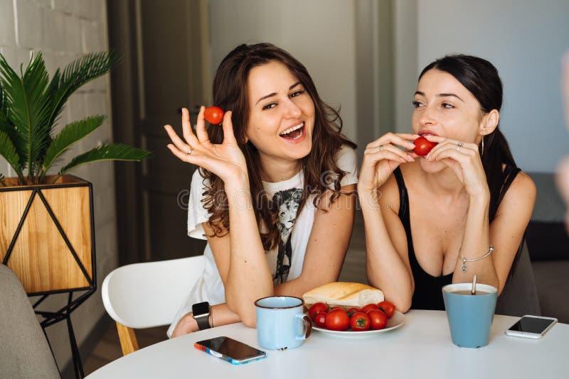 Frukost för två kvinnavänner i köket royaltyfria foton