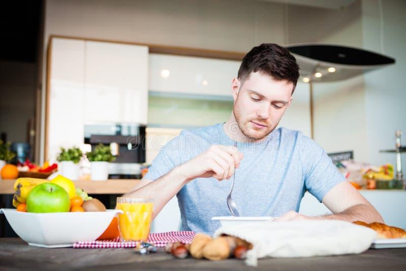 Frukost för ung man royaltyfria bilder