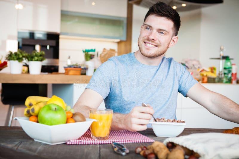 Frukost för ung man royaltyfri fotografi