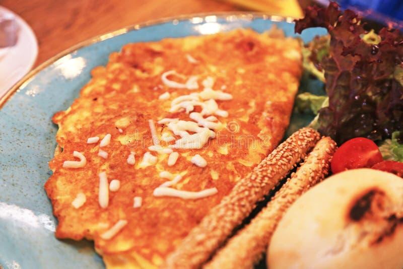 Frukost - frunch med omelett, sallad och nytt bröd fotografering för bildbyråer