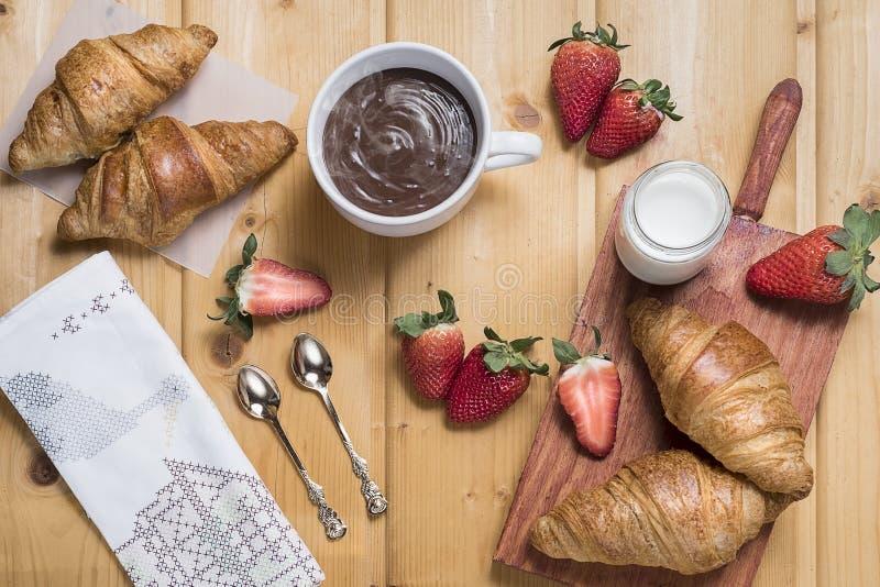 Frukost - giffel, jordgubbar och varm choklad arkivbilder
