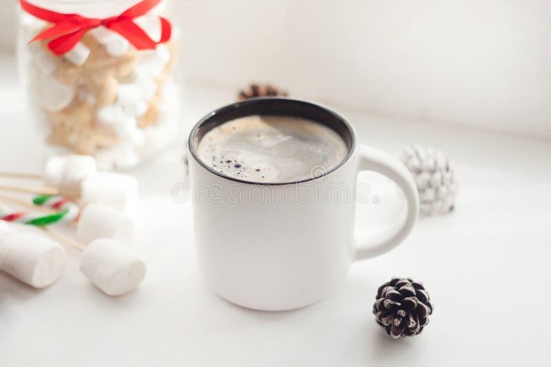 Frukost, hemtrevlighet, morgon, ferier och vinterbegrepp - hemtrevligt fönster med kaffekoppen och nytt år och xmas-sötsaker arkivbild