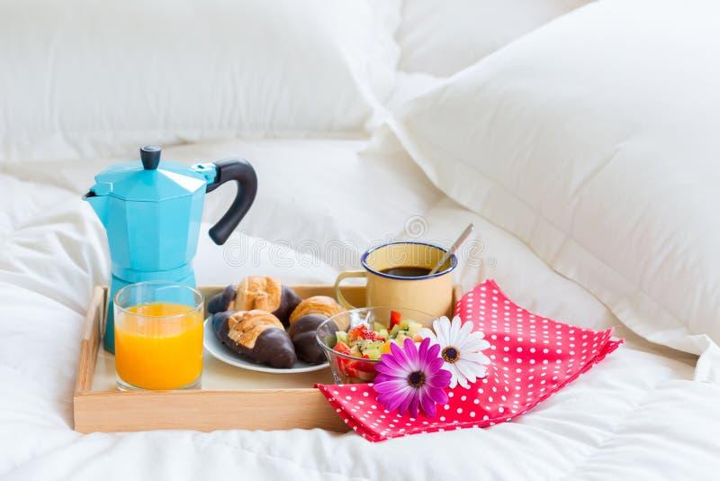 Frukost i säng royaltyfri bild