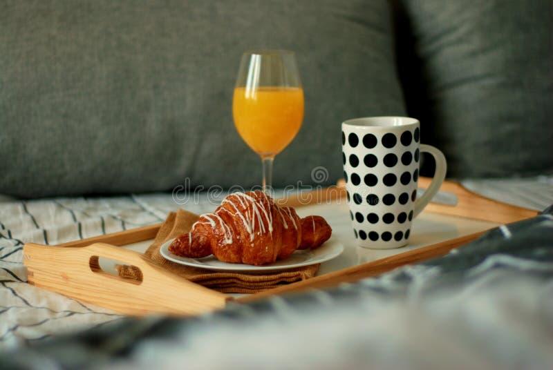 Frukost i säng För kaffe och vit chokladmat för giffel Kopp av coffe eller te bed hans ljusa sova för manmorgon royaltyfri fotografi