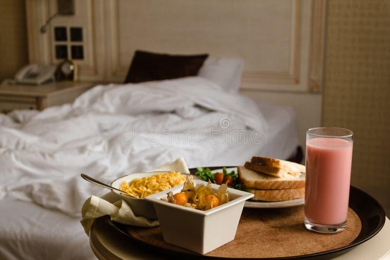Frukost i säng i hotellrum medföljda royaltyfri bild