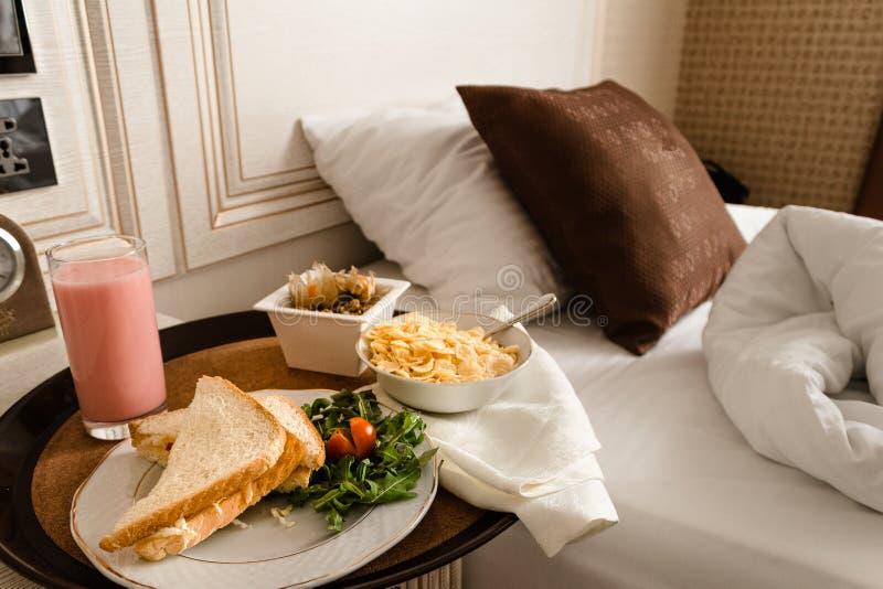 Frukost i säng i hotellrum medföljda royaltyfri fotografi