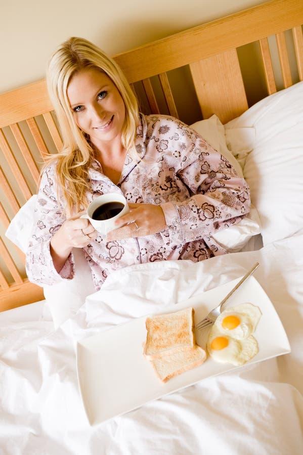 Frukost i underlag royaltyfria bilder
