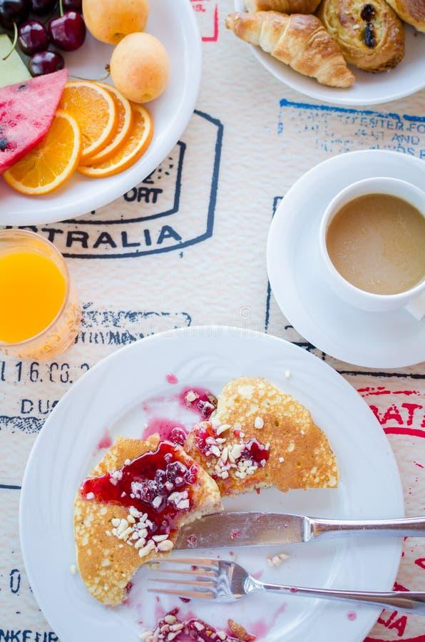 Frukost inklusive pannkakor med hallondriftstopp arkivbilder