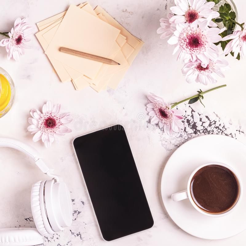 Frukost - kaffe, tephon, hörlurar arkivbild