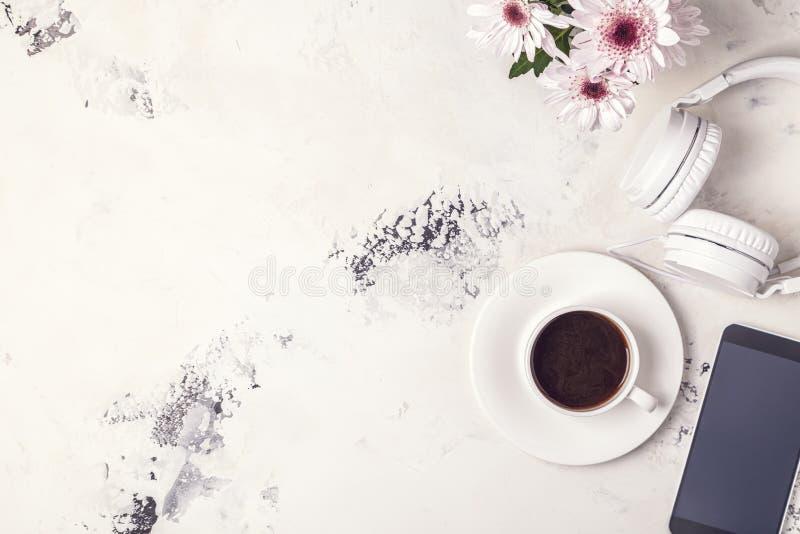 Frukost - kaffe, tephon, hörlurar fotografering för bildbyråer