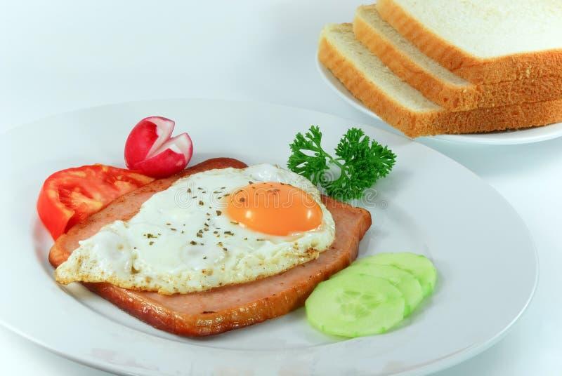 Frukost med ägget som grillas minut arkivfoto