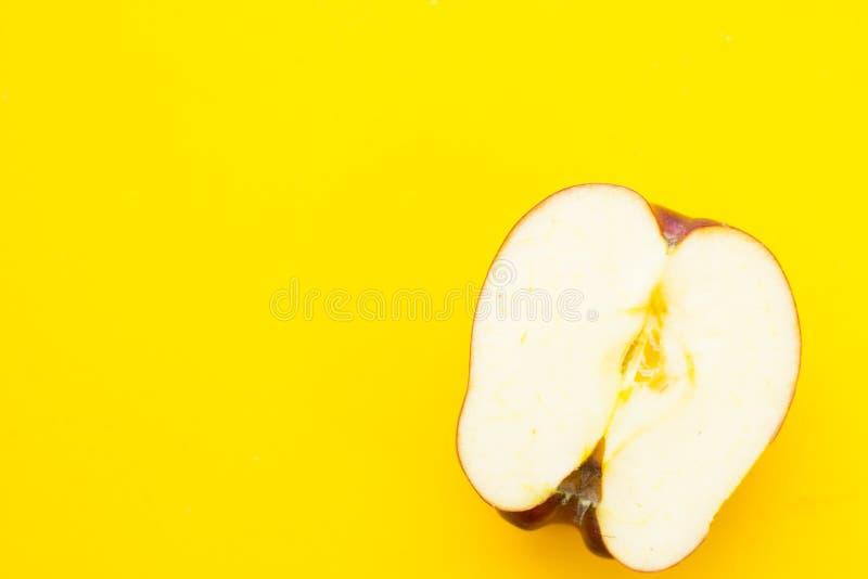 Frukost med bakelse och frukt arkivbilder