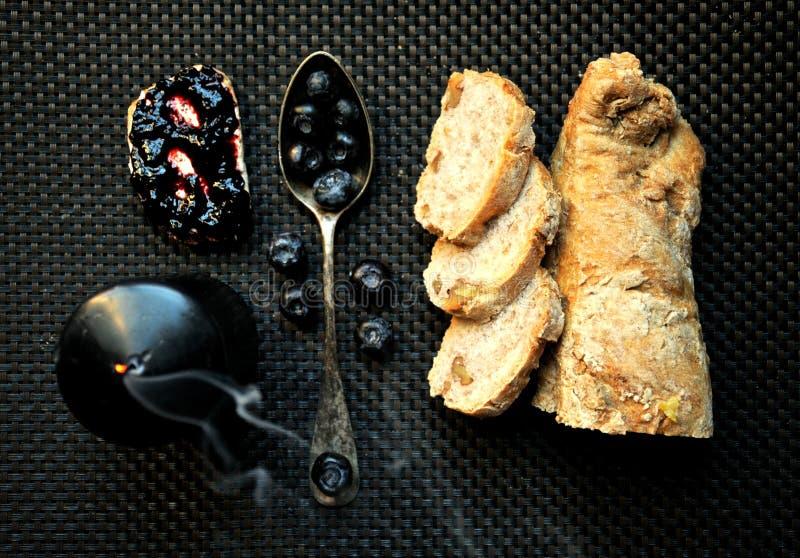 Frukost med blåbärdriftstopp och bröd fotografering för bildbyråer