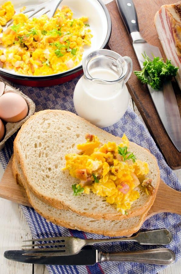 Frukost med bröd och det förvanskade ägget royaltyfri foto