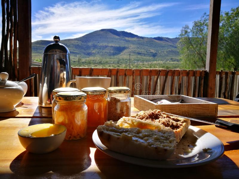 Frukost med en sikt royaltyfria foton