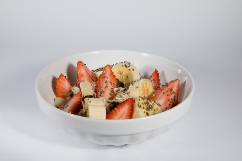 Frukost med havre, jordgubben och bananen arkivbild