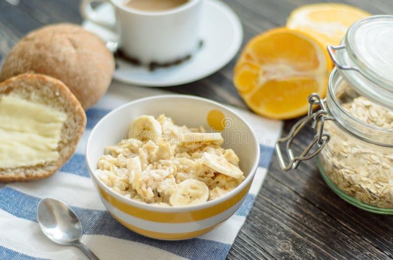 Frukost med havremjölet royaltyfri foto