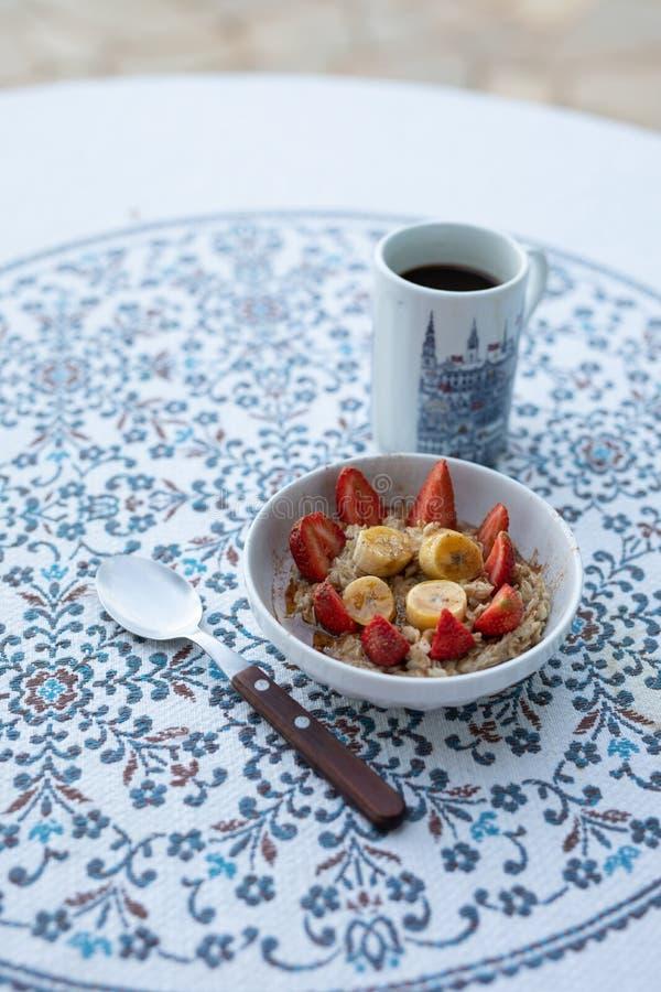 Frukost med kaffe och sädesslag royaltyfri bild