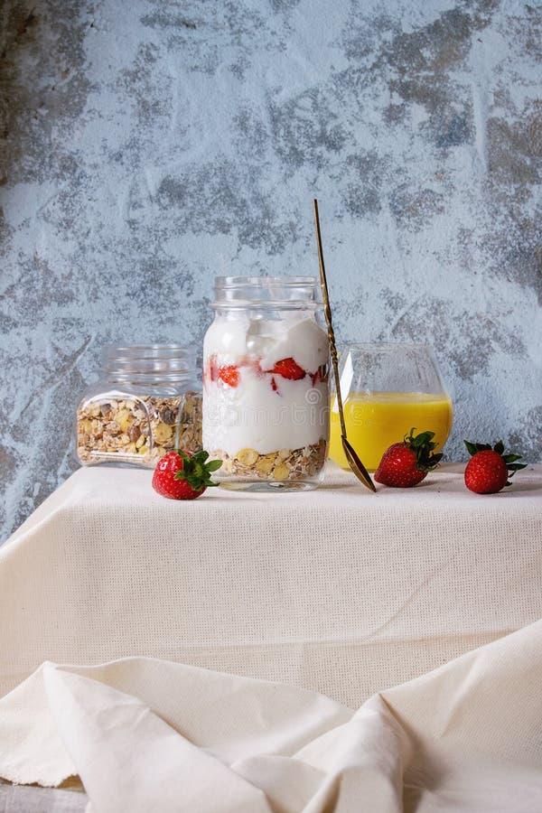 Frukost med mysli och yoghurt royaltyfria bilder
