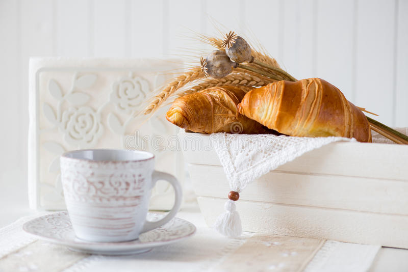Frukost med nytt bakade giffel arkivfoto