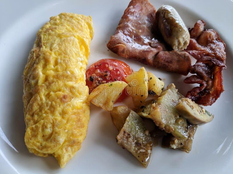 Frukost med omelettägg arkivbilder