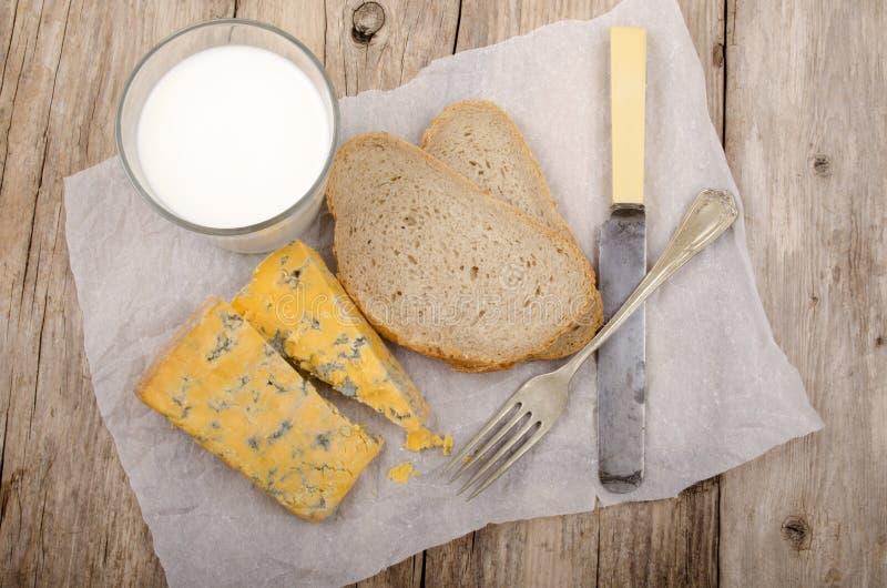 Frukost med ost och bröd royaltyfri fotografi
