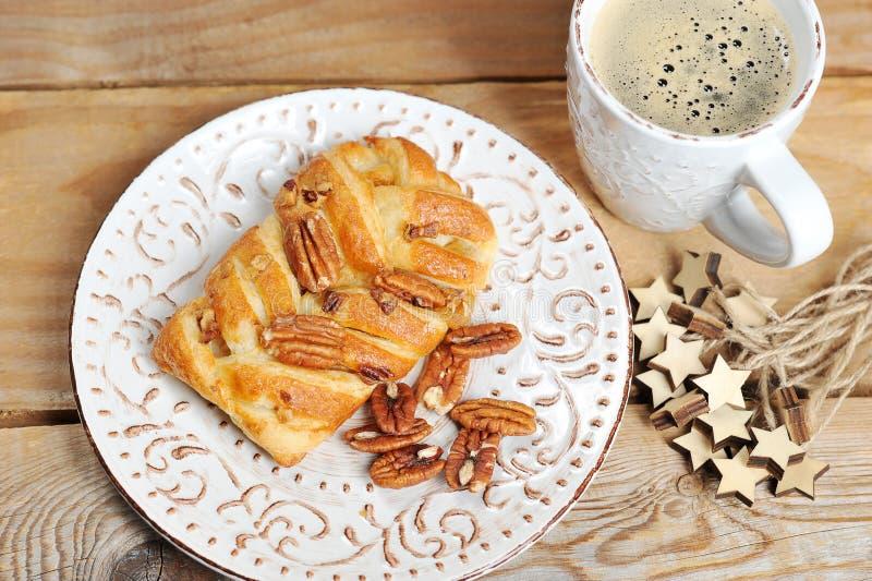 Frukost med pecannötkakan och kaffe arkivfoton