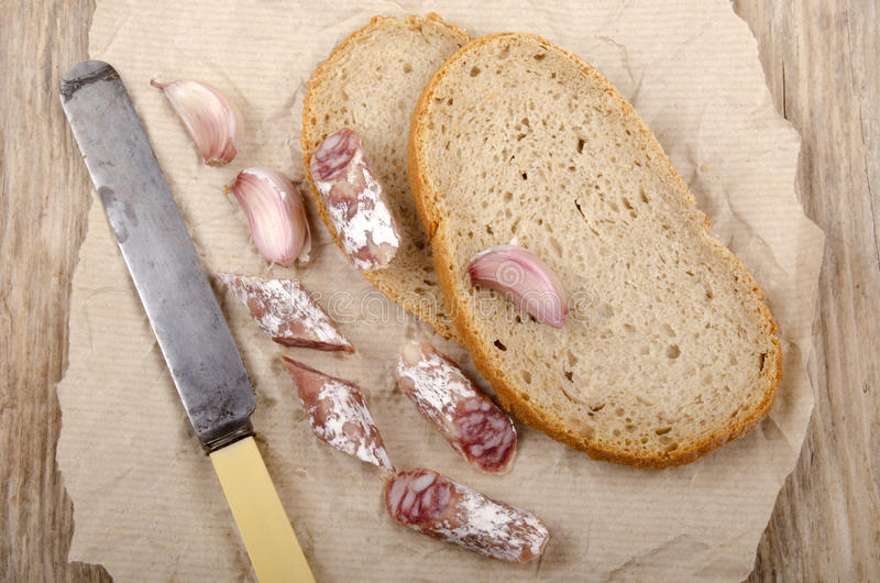 Frukost med salami och bröd arkivfoto