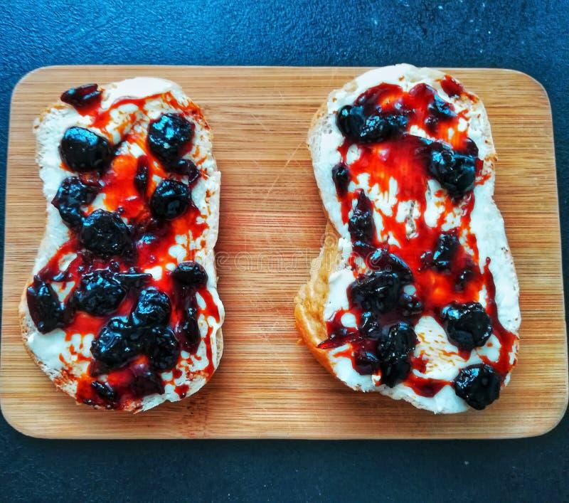 Frukost med smör och körsbärsrött driftstopp fotografering för bildbyråer