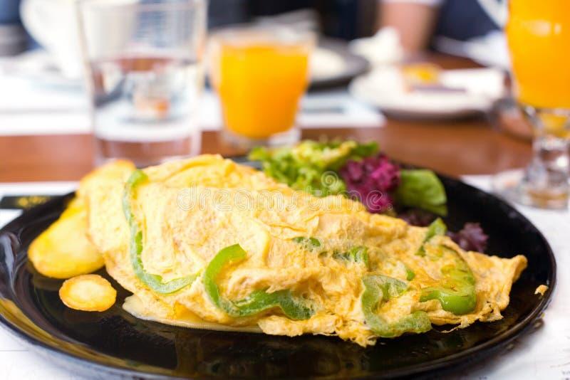 Frukost med vegetarisk omelett arkivfoto