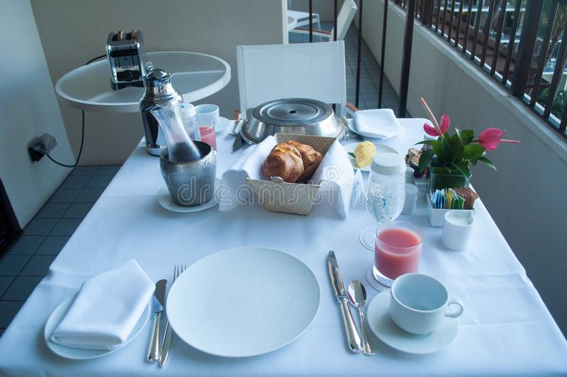 Frukost på hotellbalkongen i Hawaii arkivbild