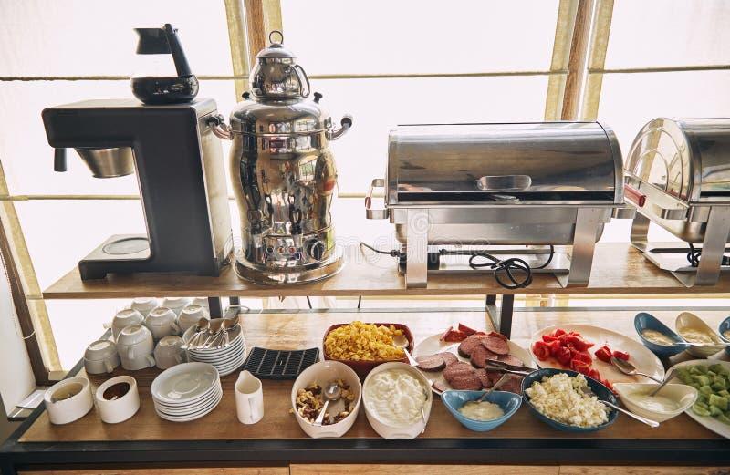 Frukost på hotellet Frukost på system`en all inklusive `, Frukostera buffébegreppet, frukosttid i ett lyxigt hotell royaltyfria bilder