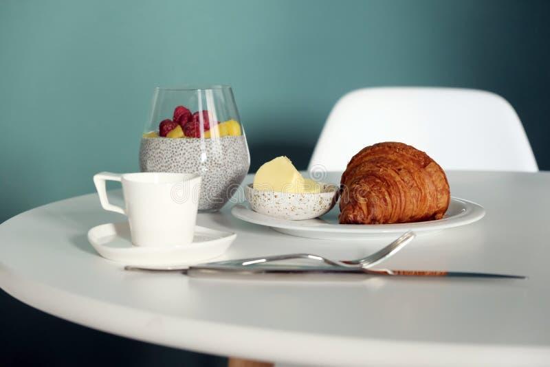 Frukost på tabellen, gifflen och fruktsmoothiesna royaltyfri bild