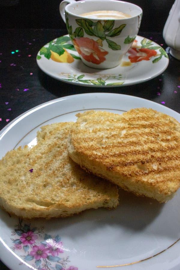 Frukost på valentin dag - bröd i formen av en hjärtacoffe och att mjölka arkivfoton