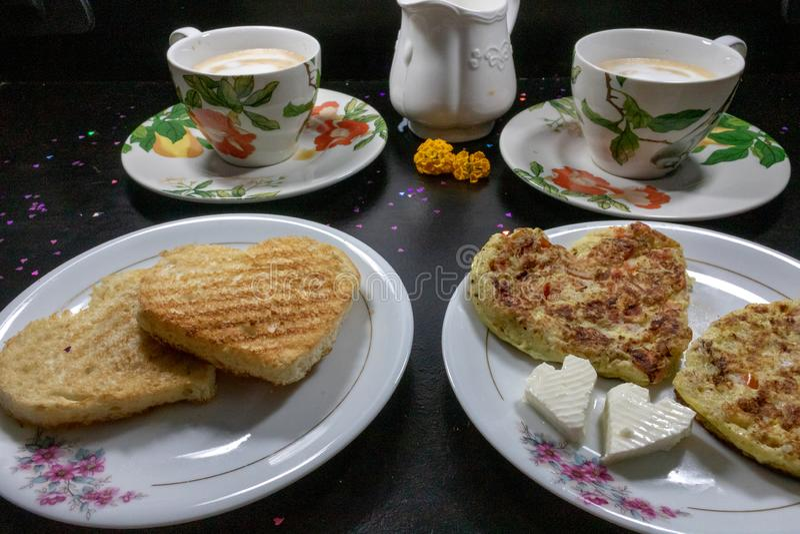 Frukost på valentin dag - stekt omelete, bröd, äpple och vit ost i formen av en hjärtacoffe och att mjölka fotografering för bildbyråer