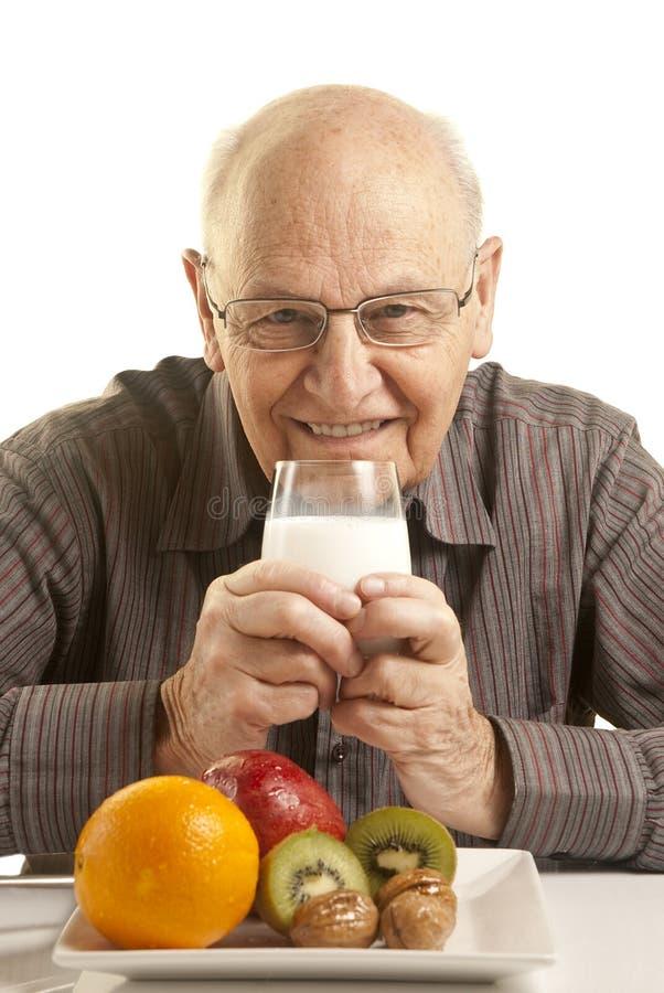 frukost som har den sunda manpensionären royaltyfri fotografi