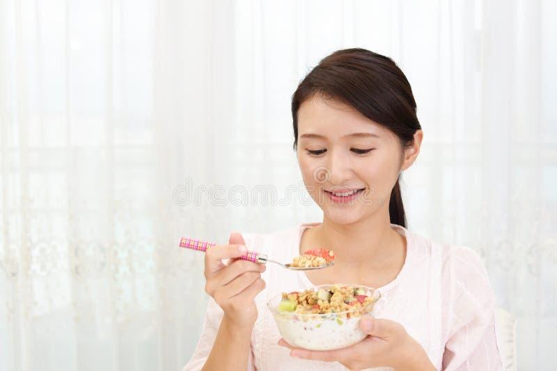 frukost som har kvinnan royaltyfri bild