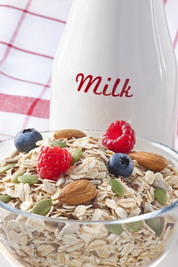 Frukostbärsädesslag mjölkar arkivfoto