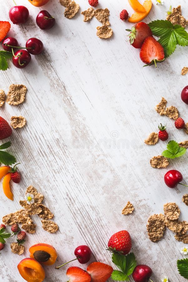 Frukostbakgrund med sädesslag, körsbär, aprikos, jordgubbe fotografering för bildbyråer