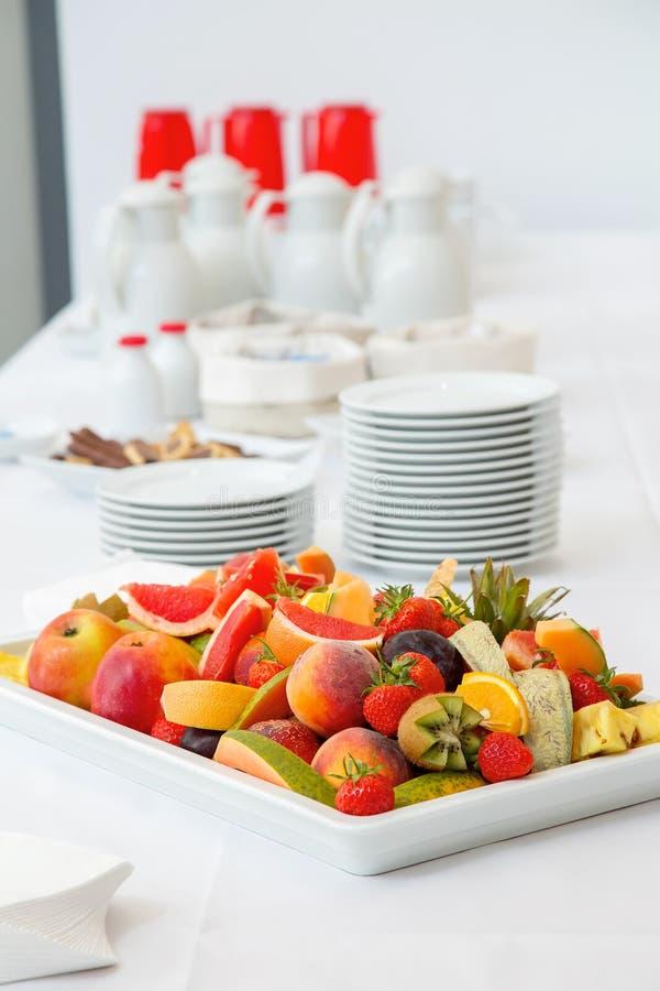 Frukostbuffé - frukter, kaffe och te arkivfoto