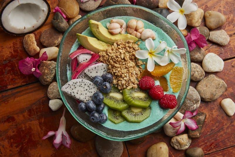 Frukostbunke med frukter och muttrar royaltyfria foton