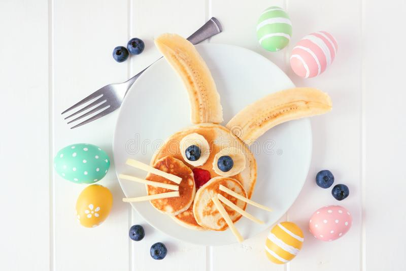 Frukosten för pannkakan för påskkaninen, hudflänger lägger mot en vit träbakgrund arkivfoto