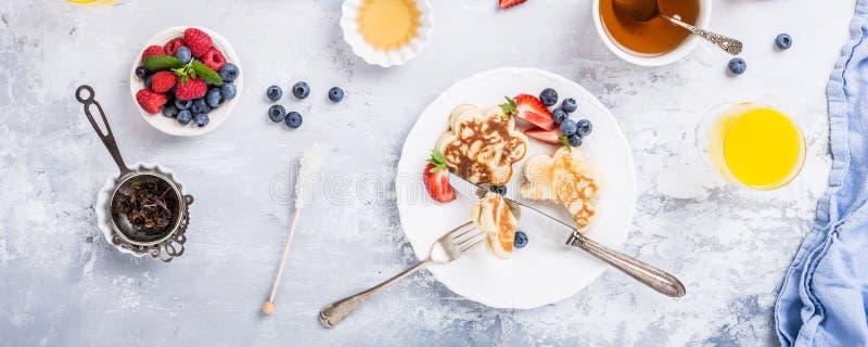 Frukosten med kväv pannkakor royaltyfri fotografi