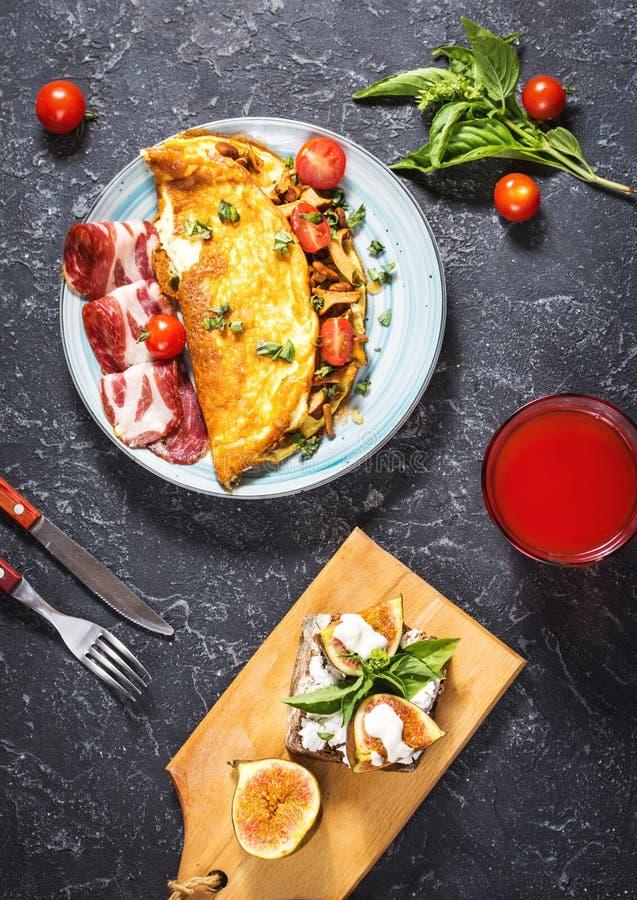 Frukosten plocka svamp omelett och smörgåsen med fikonträd på stenbakgrund Top beskådar royaltyfria foton