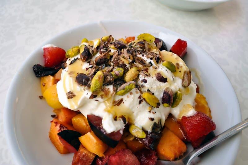 Frukosten tjänas som detaljen royaltyfria foton